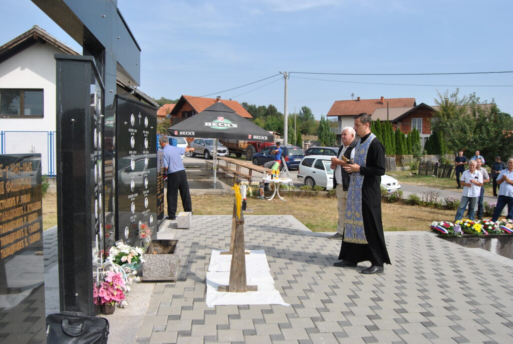 Освештане спомен плоче и даван помен погинулим борцима и цивилима Челопека